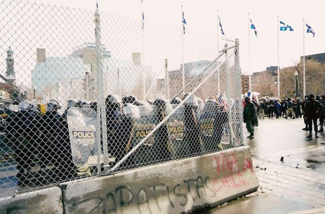 De barriere rond de topontmoeting in Québec wordt bewaakt door een zware politiemacht.