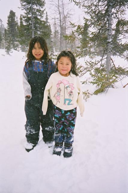 Kinderen spelen buiten zonder jassen of handschoenen.