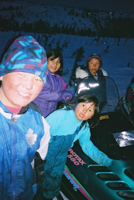 Sneeuwmobiel bij aankomst in Etamaput, de plek van het tentenkamp van de Innu.
