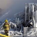 Brandweerlieden bij het bejaardenhuis in l'Isle-Verte dat is verwoest. Foto CP