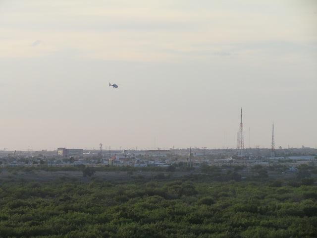 Patrouille per helikopter boven het grensgebied tussen Laredo, Texas en Nuevo Laredo in Mexico.