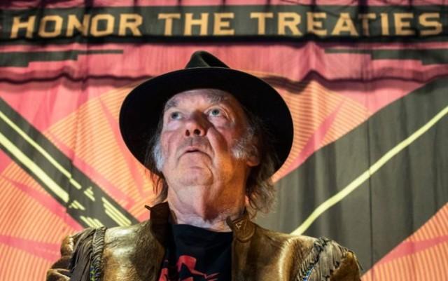 De Canadese rockzanger Neil Young tijdens zijn 'Honour the Treaties' tour.