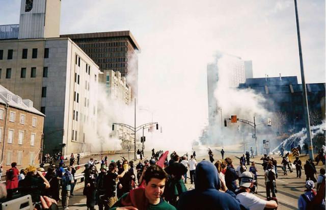 De politie gebruikte traangas om demonstranten te verjagen.