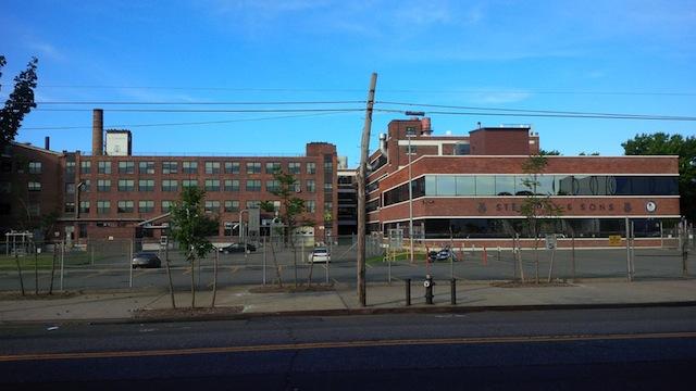 Fabriek van pianobouwer Steinway in Queens, New York.
