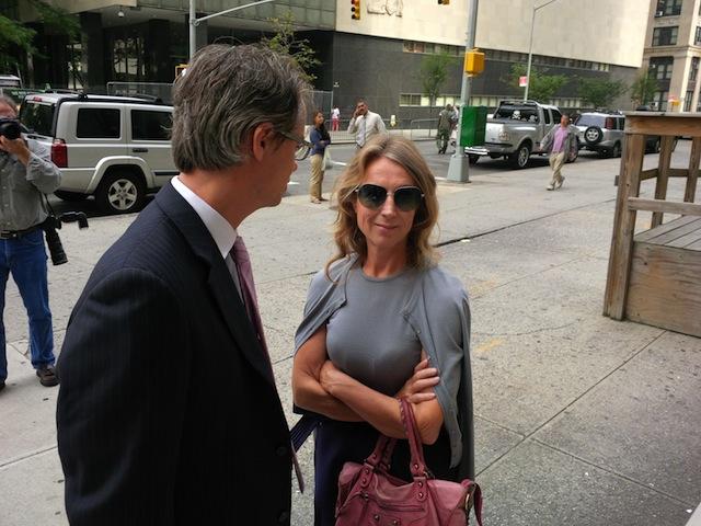 Heleen Mees en een raadsman gisteren bij de rechtbank in New York.