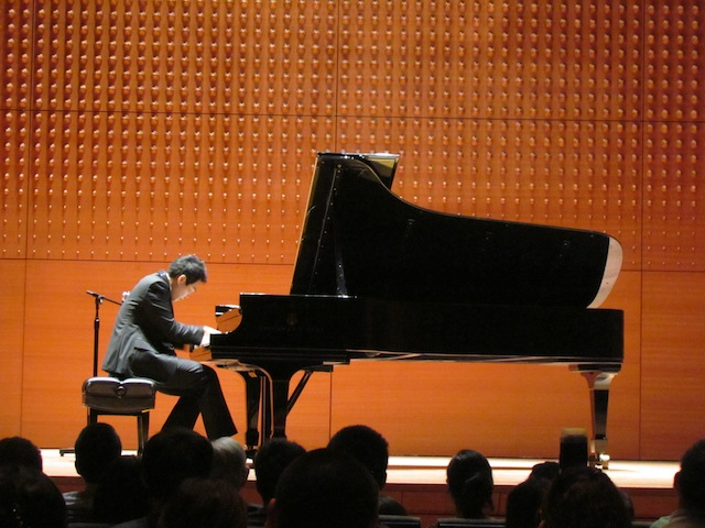Concertpianist Beny Tu speelt op een vleugel van Steinway.