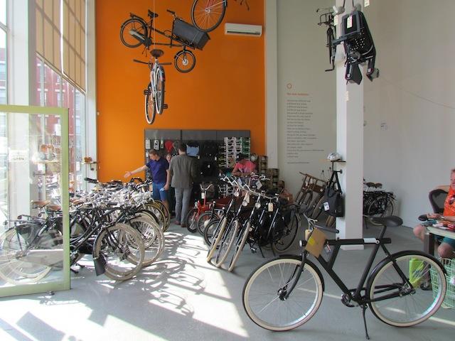 Nederlandse fietsen te koop bij Rolling Orange in Brooklyn.