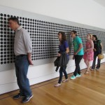 Bezoekers van het MoMA luisteren naar 'Microtonal Wall' van Tristan Perich.