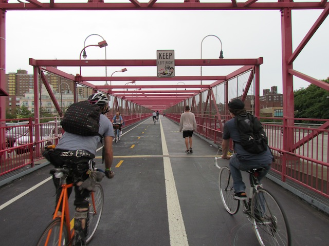 Fietsers op de Williamsburg Bridge tussen Manhattan en Brooklyn.