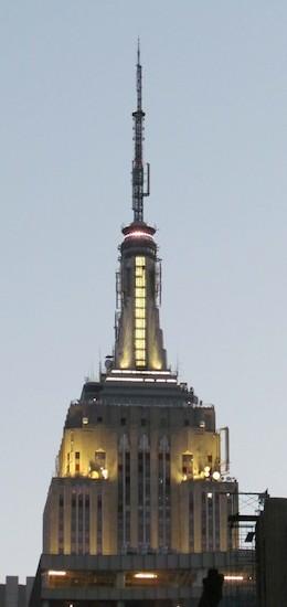 De top van het Empire State Building bij avondschemering.