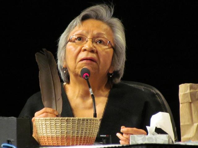 Een oud-leerling van een inheemse kostschool legt een getuigenis af tegenover de waarheids- en verzoeningscommissie.