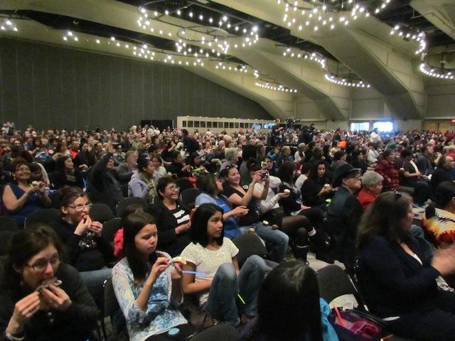 Het publiek in de plenaire zaal tijdens het nationale evenement van de Canadese waarheids- en verzoeningscommissie in Edmonton, Alberta.