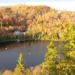 De bossen rond een meer in Val-Morin baden in de najaarszon.