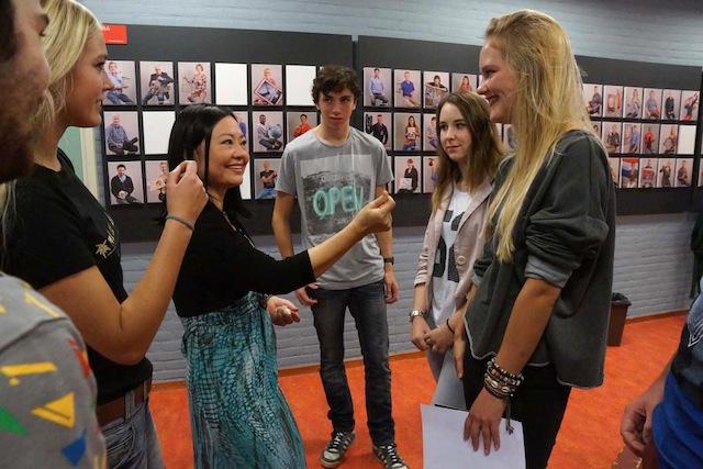 Kim Phuc met leerlingen uit Arnhem en omstreken na afloop van de bijeenkomst op het Liemers College in Zevenaar (foto Peter de Ruiter).