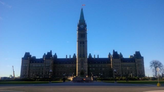 De vlag op het Canadese parlement hangt halfstok na de aanslag van deze week.