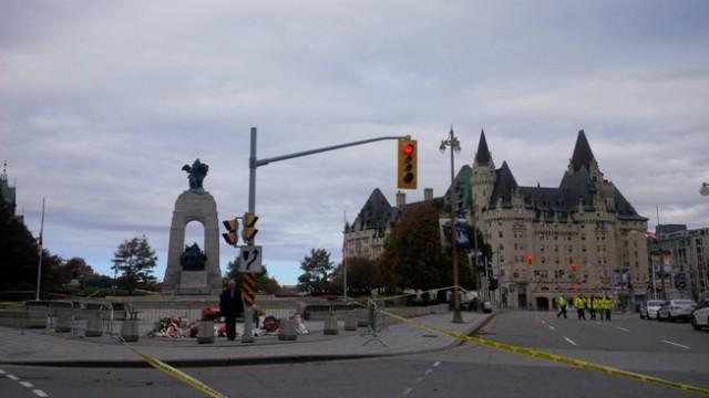 Politie en afzettingen rond het nationale oorlogsmonument in de Canadese hoofdstad Ottawa.