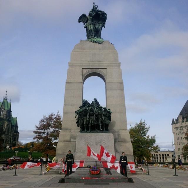 Twee militairen staan op erewacht bij het nationale oorlogsmonument in de Canadese hoofdstad Ottawa.