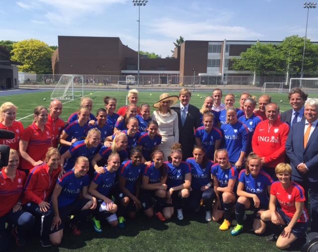 Koning en Koningin met de Nederlandse ploeg voor het wereldkampioenschap voor vrouwen, dat volgende week in Canada begint.