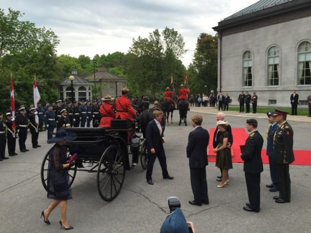 Koning en koningin arriveren per koets bij Rideau Hall.