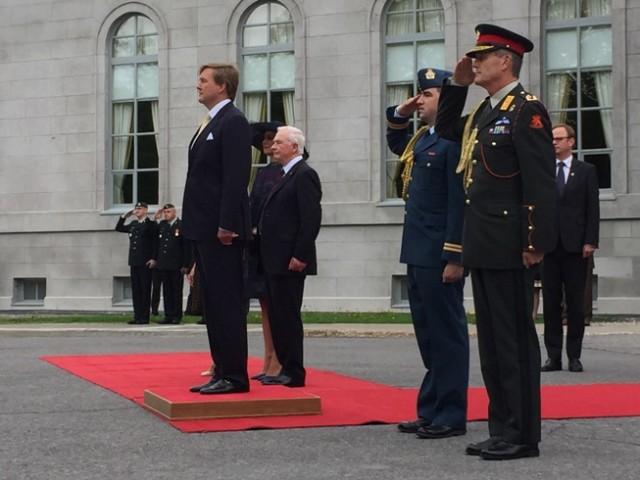 Koning Willem-Alexander en de Canadese gouverneur-generaal David Johnston tijdens de welkomstceremonie bij Rideau Hall.