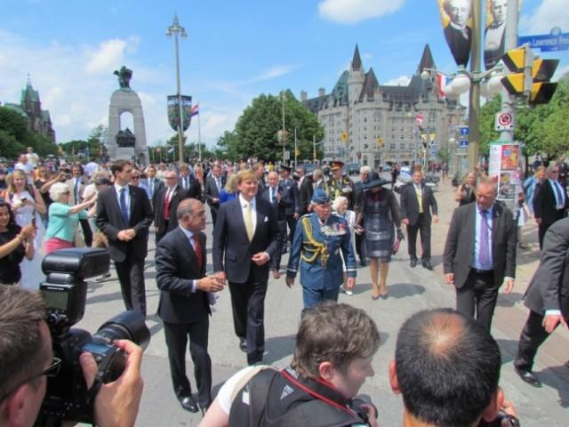 Het koninklijk paar gaat te voet van het oorlogsmonument naar het National Arts Centre voor een ontmoeting met Canadese oorlogsveteranen.