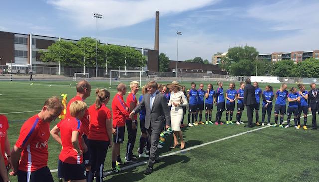 Het koninklijk paar ontmoet de leden van de Nederlandse ploeg bij het wereldkampioenschap voetbal voor vrouwen, dat volgende week in Canada begint.
