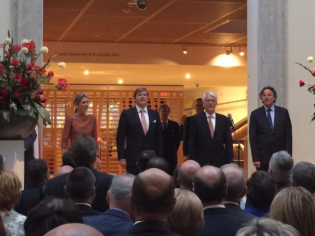Koningin Maxima en Koning Willem-Alexander zingen met de gasten van de receptie voor de Nederlandse gemeenschap het Wilhelmus, samen met Kees Kole, de Nederlandse ambassadeur in Canada, en minister van Buitenlandse Zaken Bert Koenders.