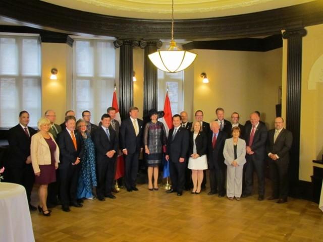 Het koninklijk paar met leden van de 'Dutch caucus', een groep parlementsleden met een band met Nederland.