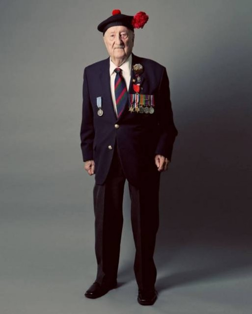 Wilkinson (92) walks with difficulty, but speaks vividly about the war. Foto Roger Aziz