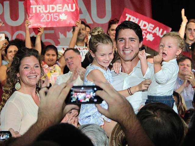 Justin Trudeau, leider van de Liberale Partij, op campagne met zijn gezin (foto Ottawa Citizen)