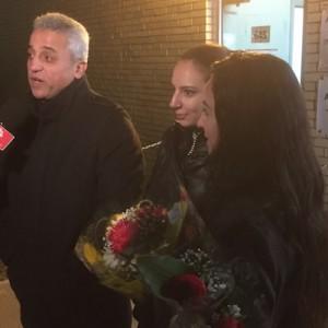 Nicolas Altawil en zijn twee dochters wachten op familieleden bij een welkomstcentrum voor Syrische vluchtelingen in Montreal
