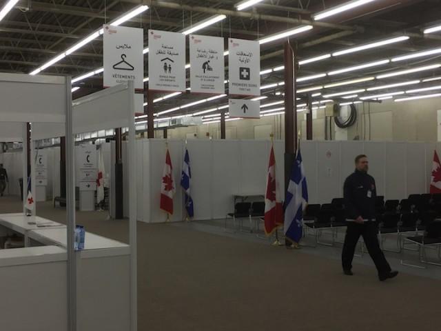 Welkomstcentrum nabij het vliegveld van Montreal, waar Syrische vluchtelingen van eerste benodigdheden als winterkleding worden voorzien.