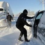 Een politieman zoekt naar automobilisten in gestrande voertuigen op een snelweg bij Sarnia, Ontario. Foto Canadian Press