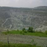 De enorme open mijn in het plaatsje Asbestos, Quebec.