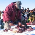 Leden van de Inuïtbevolking tijdens een vilwedstrijd in Iqaluit.
