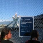 Een hek houdt het publiek op afstand.