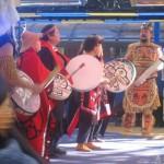 Mike Dangeli (rechts) leidt een groep drumdansers van de inheemse Nisga'a-bevolking bij een openluchtvoorstelling tijdens de Olympische Winterspelen in Vancouver.