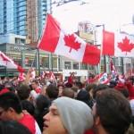 Een menigte Canadezen viert in het centrum van Vancouver het ijshockeygoud voor Canada, de kroon op de Olympische Winterspelen.