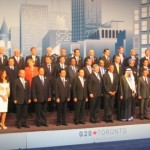 Wereldleiders gaan gezamenlijk op de foto tijdens de topontmoeting van de G20 in Toronto. Vooraan als derde en vierde van rechts president Obama en de Canadese premier Stephen Harper, de gastheer van de top. Premier Balkenende staat op de tweede rij, vijfde van links.