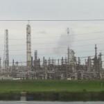 Raffinaderijen bij Port Arthur in Texas, aan de kust van de Golf van Mexico.