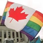 Een regenboogvlag met het Canadese esdoornblad wappert voor het Canadese Hooggerechtshof in Ottawa (foto Reuters).