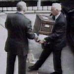 Met hulp van zijn chauffeur verwijderde Conrad Black (op de rug gezien) in 2005 bewijsmateriaal uit zijn kantoor in Toronto, vastgelegd met een beveiligingscamera (foto CP).