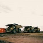 Reusachtige kiepwagens worden ingezet bij het afgraven van teerzand uit open mijnen.