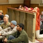Een geschil over de barrière tussen mannen en vrouwen in de moskee is een van de thema's van Little Mosque on the Prairie.
