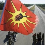 Mohawks demonstreren op een snelweg in Ontario. Het verkeer is stilgelegd door de politie (foto CP).
