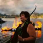 Judith Sayers bij de brandende boot.