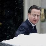 De Britse premier David Cameron verlaat Downing Street 10 in de sneeuw.