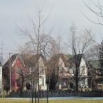 Op huizenjacht in multicultureel Toronto. Op de achtergrond de kenmerkende CN Tower.