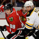 Patrick Kane van de Chicago Blackhawks en Chris Kelly van de Boston Bruins in duel.