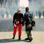 Twee actievoerders staan oog in oog met de mobiele eenheid in Québec-Stad.